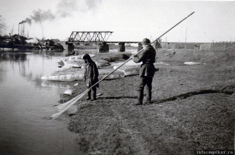 На фото: Восстановленный немцами железнодорожный мост через Шелонь в Порхове. Весна 1942 года.