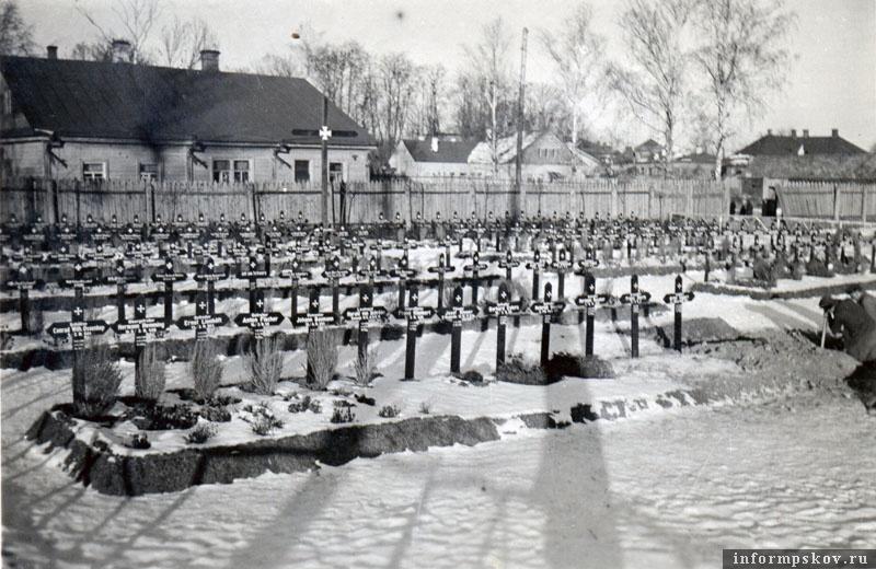 На фото: Госпитальное кладбище Полевого госпиталя 608 (Feldlaz.608) в Порхове. Немцы копают новые могилы. В первом ряду захоронения конца августа - начала сентября 1941 года. К примеру, 20-летний артиллерист Johann Meino Baumann умер 6 сентября 1941 года, 27-летний ефрейтор Ernst Lienh?ft – 25 августа 1941 года, а 28-летний ефрейтор Anton Fischer – 5 сентября 1941 года.
