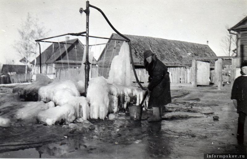 На фото: Очень часто на немецких снимках из Порхова присутствует эта водораздаточная колонка.