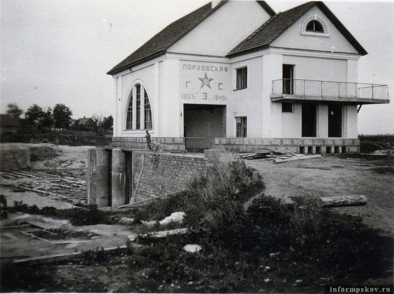 На фото: Здание Порховской ГЭС. Перед войной в Ленобласти реализовывалась программа постройки малых ГЭС. В рамках этой программы была построена и ГЭС в Порхове. Датировку строительства можно увидеть на фасаде. При отступлении немцами была разрушена.