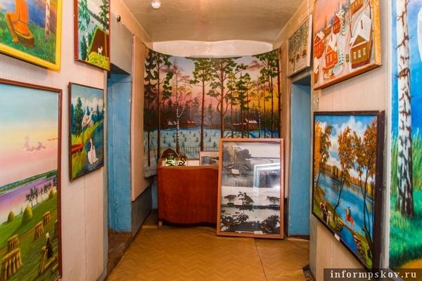 На фото: галерея картин Константина Громова