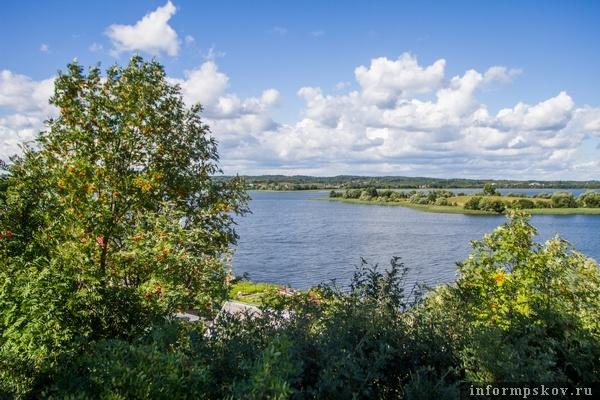 На фото: вид на озеро с Замковой горы
