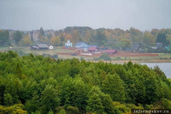 Вдали на этой фотографии видна белая церковь, рядом с которой находится фамильный склеп Чириковых, именно там похоронена мать композитора.