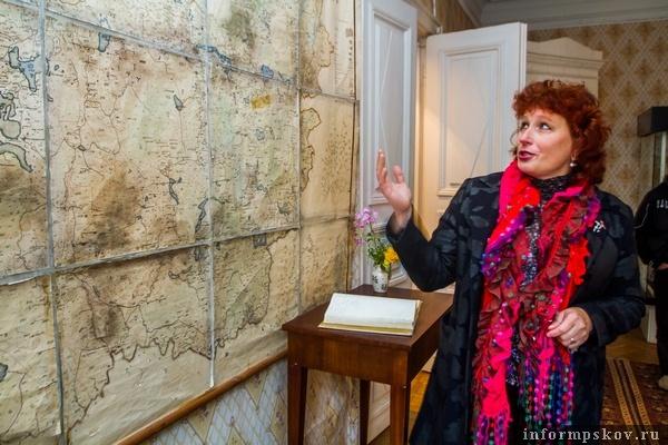 На фото: Елена Петровна Заверняева у старинной карты России