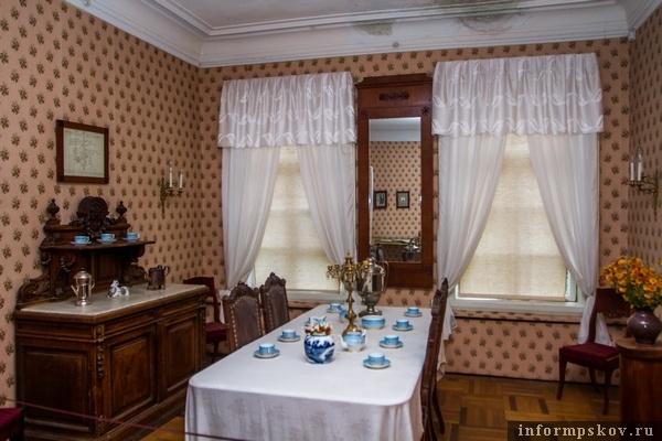 На фото: та самая столовая с мемориальными стульями и полубуфетом