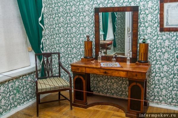 На фото: туалетный столик из семьи Мусоргских
