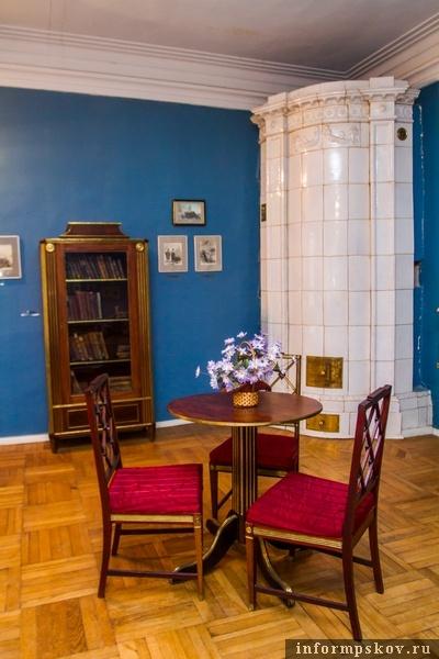 На фото: книжный шкаф из семьи Мусоргских