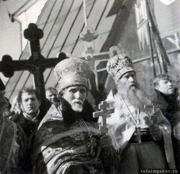 На фото: Протоиерей Сергей Ефимов (слева) и протопресвитер Кирилл Зайц (справа) у Троицкого собора во время передачи Тихвинской иконы Божией Матери. Март 1943 года. Фото из коллекции Вячеслава Волхонского