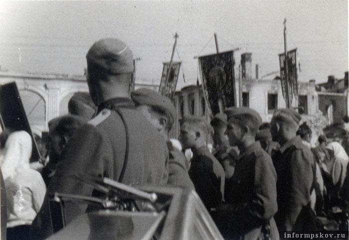 На фото: Крестный ход на Советской (Торговой) площади в честь открытия богослужения в Троицком соборе. 19 августа 1941 года. Фото из коллекции автора