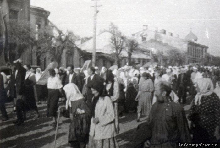 На фото: Крестный ход по ул. Единства, от Петропавловской церкви, подходит у перекрестку с Октябрьской улицей. Фото из коллекции автора