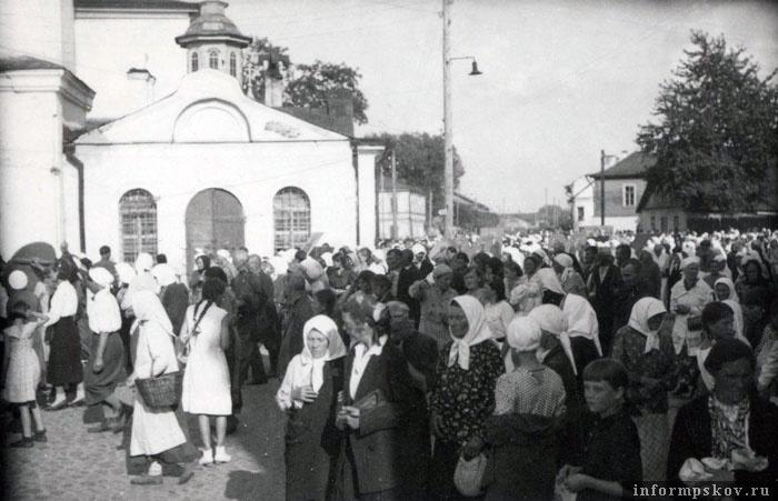 На фото: Крестный ход на улице Карла Маркса у церкви Покрова от Нового Торга. Фото из коллекции Вячеслава Волхонского