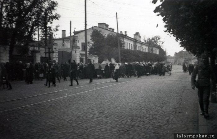 На фото: Крестный ход по Советской улице. У трамвайного парка. Фото из коллекции Вячеслава Волхонского