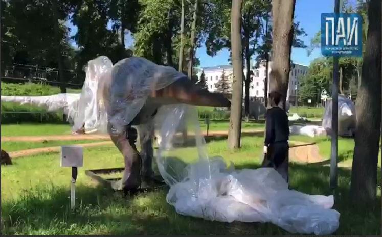 ВИДЕО: Парк отдыха в Великих Луках заполонили динозавры и ...