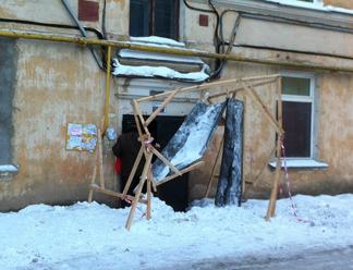 Народная лента: В доме  по адресу Октябрьский, 19 обвалился козырек над подъездом из-за тяжести снега