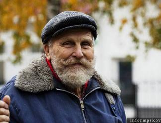 Подходить к уборке снега с ответственностью советует старейший дворник Пскова (ЗВУК)