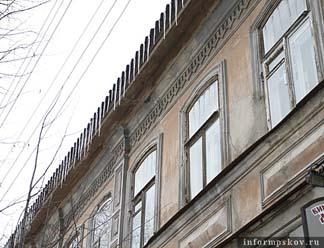Сосульки и неубранный снег беспокоят псковичей, проживающих на Октябрьском проспекте и улице Карла Маркса