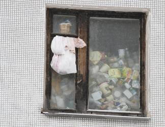 Псковичка устроила свалку в собственной квартире, но соседям это не мешает