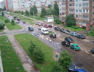Улицу Байкова в Пскове завалили мусором (ВИДЕО)