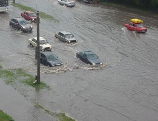 Проливной дождь парализовал движение в Пскове