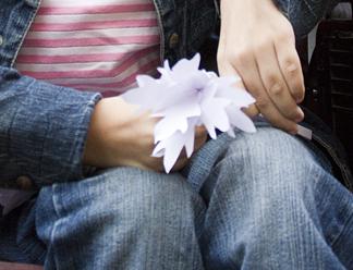 Псковичке с ограниченными возможностями подарили букет белых цветов и надежду на операцию